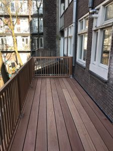 Balkonterras afgewerkt met hardhoten hekwerk in Amsterdam.