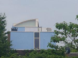 Prachtig dakterras van Bangkirai afgewerkt met twee soorten hekwerk lamel CT095-1000 en striphekwerk CT012-1000 RAL 9001 in Beuningen.