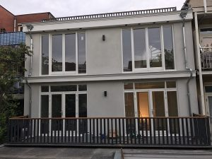 Balkon terras afgewerkt met lamelhekwerk CT065-1000 en hardhouten handreling in Amsterdam.
