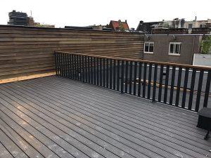 Dakterras afgewerkt met lamelhekwerk CT065-1000 en hardhouten handreling in Amsterdam.