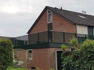Prachtig balkonterras afgewerkt met striphekwerk CT012-1000 RAL 7012 in Bennekom.