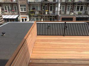Dakterras bangkirai vloer met spijlhekwerk CT030-1000 en speciaal houten hekwerk afgewerkt met hardhouten handregel.
