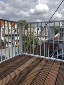 Zes balkons voorzien van nieuwe balken met daarop een bangkirai vloer met rondom spijlhekwerk CT030-1000