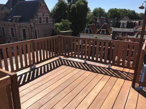 Compleet dakterras met dakluik, bangkirai vloer, hardhouten lamelhekwerk en verlichting in Goriinchem.