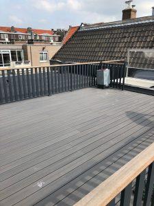 Dakterras van Fiberon earl grey met lamelhekwerk CT065-1000 in RAL 7021 Str.mat en hardhouten handregel in Amsterdam.