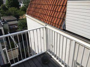 Klein dakterrasje Fiberon vloer earl grey met daarom heen een spijlhekwerk geanodisserd CT030-1000 in Utrecht.