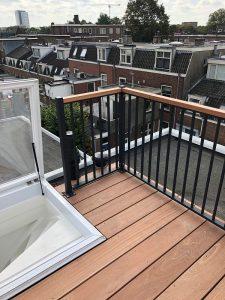 Dakterras gemaakt op staal, bangkirai vloer met spijlhekwerk CT030-1000 afgewerkt met hardhouten dekregel in Utrecht en kijk wat een uitzicht op de mooie domtoren.